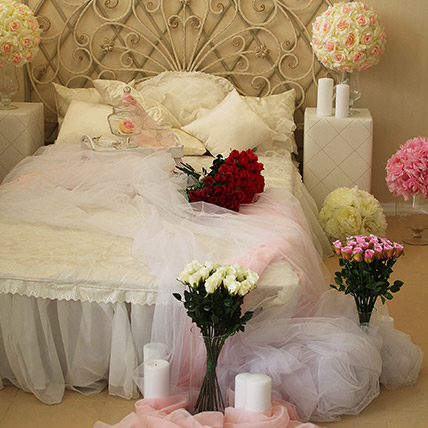 Romantic Decor Bed Full of Flowers: Flower Decorations