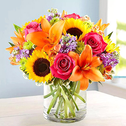 Vivid Bunch Of Flowers In Glass Vase: Sunflowers Bouquets